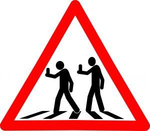 Esto es una imagen donde se advierte del peligro porque hay gente suelta con su teléfono móvil y pueden no estar atendiendo al tráfico